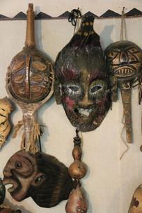各种造型怪异的木刻人脸面具