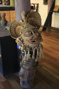 精美的巫婆脸造型木刻面具