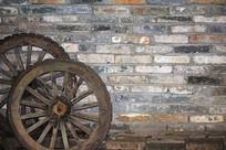 青砖墙上的马车轮