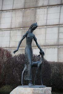 少女和小鹿铜雕像