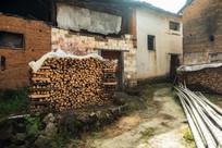 堆着的制茶木柴