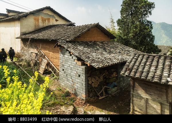 盖瓦红泥土房图片