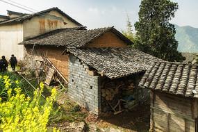 盖瓦红泥土房