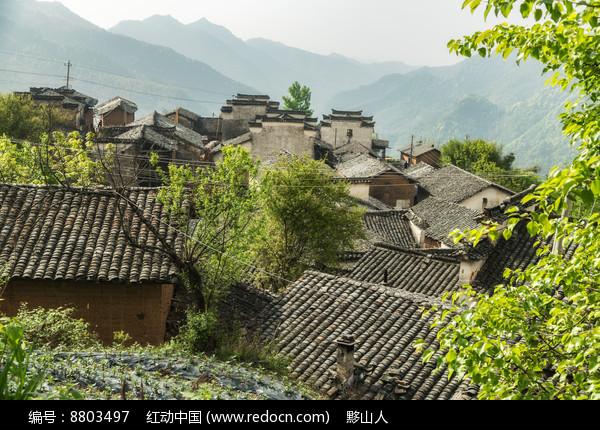 红泥土房的高山村落图片
