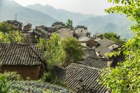 红泥土房的高山村落