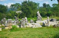 草地上的石头工艺品