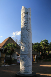 哈尼族的雕刻石柱