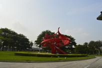 草坪上的圣火雕塑