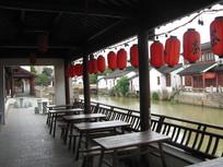 茶社梁柱上挂着的红灯笼