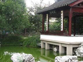 池塘边上的青石与古建筑