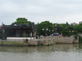 大运河江畔的石堤与古建筑