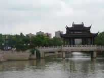 大运河上的枫桥与树丛