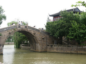 大运河上的拱桥与岸边古建筑
