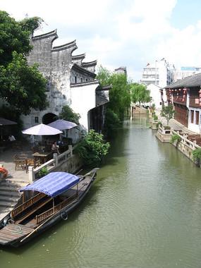 俯视河中的渡船与古建筑