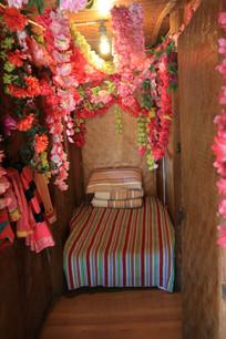 挂满鲜花的布朗族卧室