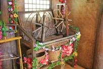 挂着鲜花的织布机