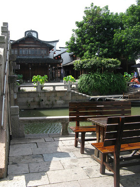 河两岸的民居与木桌椅