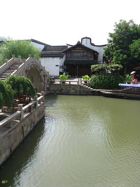 河上的石桥与岸上古建筑