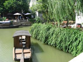 河中漂浮的木船