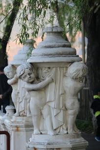 小天使环抱的汉白玉石柱