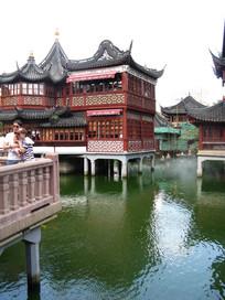 城隍庙滨湖上的阁楼