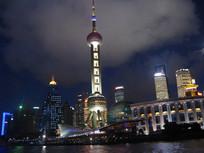 东方明珠与周围亮灯的建筑