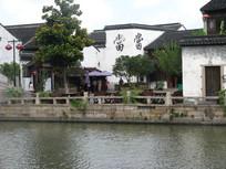 河畔的护栏与江南建筑