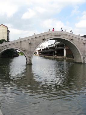 微波荡漾河面上的拱桥