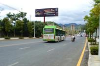 行驶在金清大道上的公交车