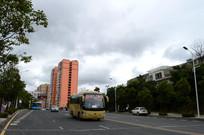 行驶在清镇市区的客运班车