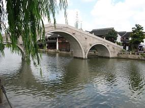 杨柳前面的河水与小桥