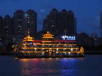 夜晚黄浦江上的双龙游船