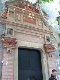 有欧式罗马柱装饰的大门