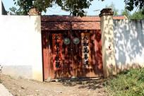 农村贴有对联的铁大门