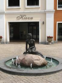 有美人鱼雕塑的喷水池