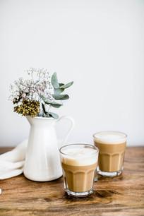 桌子上的花瓶和咖啡