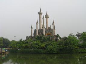 湖对岸假山上的古堡