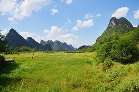 蓝天高山荒草风景图片