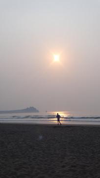海边奔跑的剪影