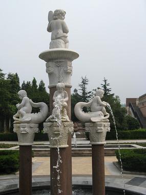 罗马柱上的小天使喷泉