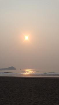 清晨朝阳下的石老人海水浴场