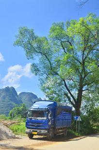 山村里的一路大货车