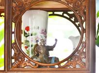 展架上的陶瓷花瓶