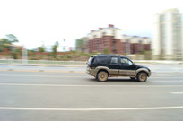 高速行驶的汽车