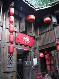古建筑上的红招牌与红灯笼