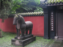 古建筑外的石马雕刻