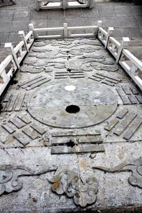 花岗石头上雕刻的阴阳鱼图