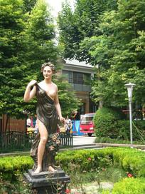 花园中的女神雕像