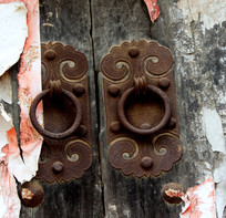 老房子木门上的装饰物