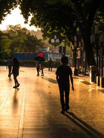 夕阳下的步行街